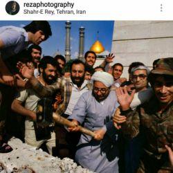 حرفما: رضا دقتی عکاس مشهور ساعاتی  قبل برای اولین بار در اینستاگرامش منتشر کرد:  ❗️خلخالی در حال تخریب مقبره رضا شاه #پالانی در سال 1980 میلادی @harfema