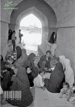 چای خوردن با خانواده زیر پل خواجو اصفهان - ۱۳۳۹ خورشیدی