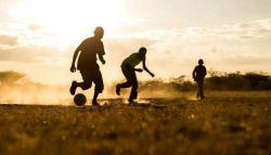 #عکس_روز_نشنال_جئوگرافیک   چند کودک کنیایی مشغول بازی فوتبال در عصر یک روز زیبا