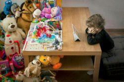 """تصویرجالبی که حسابی در فضای مجازی غربی معروف شده؛   تمام اسباب بازی های مفیدی که طی چندین قرن برای بچه ها ساخته شده بودن هیچ کدوم زورشون به""""تبلت""""نرسید!"""