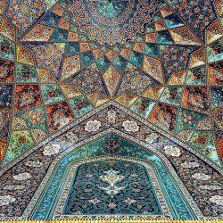 واقعا هیچ متنى نمیتونه این شاهكار هنرى رو توصیف كنه ، فقط باید نگاه كرد و نگاه كرد !   تلفیق شگفت انگیز رنگ و نور در سقف مسجد آقا بزرگ كاشان كه در زمان اقامحمدخان قاجار ساخته شده است.