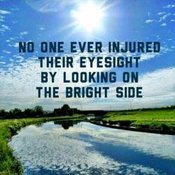 هیچ كس تا حالا با دیدن نیمه ى پر لیوان ، بیناییش آسیب ندیده. یكم مثبت باش و همینطور كه دارى براى نداشته هات تلاش میكنى ، به داشته هایت فكر كن...