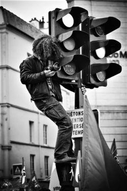#چراغ_راهنـــــــــــما بی اختیار سبز شد وقتی تنهاییم را دید و آنقدر محو قدم هایم شد که یادش رفت باید قرمز بشود تا برخورد نکند تنهاییم  با رهگذران... #رهی_چراغی