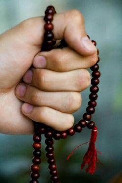 یک دانه ز تسبیح نماز سحرت را یک بار به نام من محتاج بینداز،،، شاید همان دانهی تسبیح دعایت یکباره بیفتد به دریای اجابت...