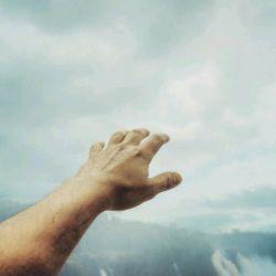"""""""دلتنگی"""" حس نبودن کسی است که تمام وجودت یکباره تمنای بودنش رامیکند"""