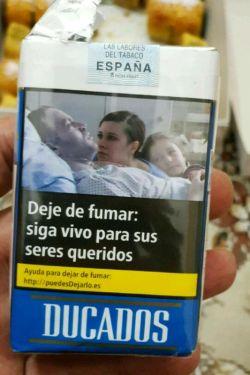 """تبلیغ جالب ترک سیگار به جای عکس خشن گلوی دریده شده...   """"سیگار را ترک کن. بخاطر عزیزانت زندگی کن.""""  دوکادوس برند اصلی سیگار در اسپانیا است."""