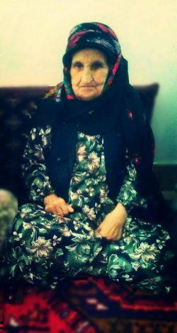 مادربزرگ ها همیشه در یک جایی از قصه هایمان جا می مانند اما یاد و خاطره هایشان در دل ها باقی می ماند ... پ.ن: چقد دلم برات تنگ شده مامان بزرگ  ، امسال هم طبق عادت موقع افطار برات چایی کم رنگ میریزم ولی یهو یادم میاد که دیگه نیستی-_-