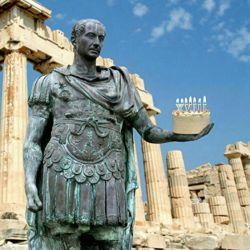 """فلسفه گذاشتن شمع روی کیک تولد به یونان باستان برمیگردد، شمع های روشن نوعی پیشکش و ادای احترام به الهه ی  یونانی ماه، """"ارتمیس"""" بود. گردی کیک نماد ماه و شمع ها نشانگر نور مهتاب بودند!"""