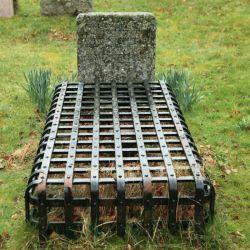 دراوایل قرن 18 و 19 میلادی ترس زامبی و خون آشامها به حدی مردم را تحت تاثیرقرارداده بود که قبرهارا همراه قفس میساختند ! تا اگر مرده زنده شد نتواند از آن خارج شود.