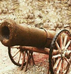 """این عکس، توپ جنگیِ عثمانی بنام قمپز است که قدرت تخریبی نداشت و فقط بخاطر صدای مهیبش ترس به دل دشمن میانداخت. بعدها سربازان ایرانی با شنیدن این صدا میگفتند نترسید """"قمپز در کردند""""."""