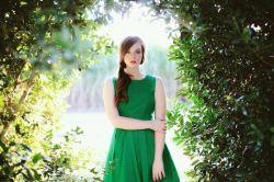 گر چه در دورترین شهر جهان محبوسم از همین دور ولی روی تو را می بوسم گر چه در سبزترین باغ ولی خاموشم گر چه در بازترین دشت ولی محبوسم خلوت ساکت یک جوی حقیرم بی تو با تو گسترده گی پهنه اقیانوسم