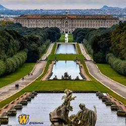 کاخ #کاسرتا یکی از زیباترین جاهای دیدنی #ایتالیا در نزدیکی شهر ناپل که در میان گردشگران بسیار محبوب است.  محیط بیرونی این کاخ بیننده را تحت تاثیر خود قرار میدهد