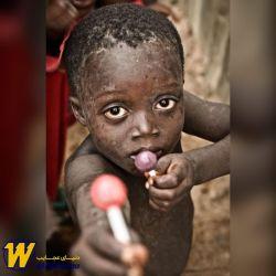 یکی از تاثیرگذارترین عکس های جهان ، کودک آفریقایی فقیری که در اوج فقر ، یکی از 2 آبنبات چوبی خود را با عکاس تقسیم میکند