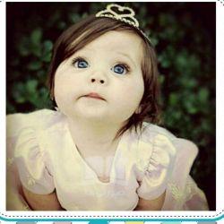 پیامبر اکرم (ص)فرمودند:هر خانهای كه در آن دختر باشد، هر روز دوازده بركت و رحمت از آسمان ارزانیاش می شود؛ و زیارت فرشتگان از آن خانه قطع نمیگردد، در حالی كه در هر شبانه روز برای پدر آن دختران عبادت یكسال نوشته میشود