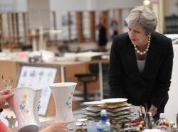 از عكس هاى روز / باز دید ترزا می ، نخست وزیر بریتانیا از یک کارخارنه ی تولید ظروف چینی در ایرلند .