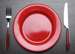 رنگ قرمز برای ظرف غذا موجب تحریک سیگنال های ترس انسان و کاهش حجم غذای مصرفی می شود اما بشقابهای سفید رنگ، حس لذیذ بودن را افزایش داده که باعث می شود شما دیرتر دست از غذا بکشید.