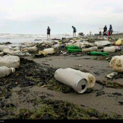 نکنه اینها را هم کشورهای حاشیه دریای خزر ریختن؟؟؟!!!!  حالا که دریایخزر اینقدر مهمه تو ساحلش آشغال نریزید.  دریای خزر را مسافرین و گردشگران بیشتر تهدید میکنند...