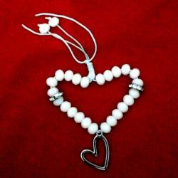 دستبند عشق گلبهی سنگ با رنگ ثابت گلبهی یا صورتی کمرنگ قلب استیل قابلیت تغییر سایز نخ سفید  قیمت فقط دوازده هزار تومن