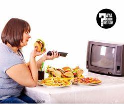 پژوهشگران دانشگاه ماساچوست پس از بررسی شرایط افراد مبتلا به اضافه وزن اعلام کردند، افرادی که هنگام غذا خوردن، تلویزیون میبینند، بهطور متوسط 288 کالری بیشتر انرژی دریافت میکنند.