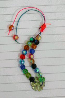 اینم دستبند با مهره های شیشه ای که می حواستم درست کنم. ارزش:چهار هزار تومان توجه:فعلا برای فروش نیست.
