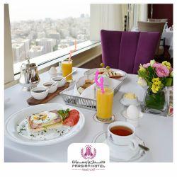بوفه ی صبحانه متنوع و کامل هتل پارسیان آزادی هر روز بر فراز پایتخت با چشم اندازی کم نظیر همراه با Live Cooking  در طبقه بیست و ششم.