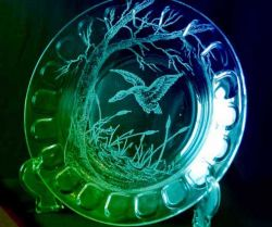حکاکی روی شیشه جدالی است بین تن لطیف شیشه و پولاد ،تا نقشی جاودانه بر ان حک شود . نقشی برای هزاران سال