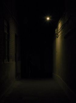 """عکاسی شماره چهار      موضوع""""تاریکی""""      تاریخ: 24 مرداد ماه      دوربین نیکون: D7100      لنز نیکور: 140-18 میلیمتری      لوکیشن: تهران      عکس منتخب هفته از خانم نگین"""