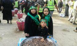 در مسیر پیاده روی اربعین . بچه های عزیز عراقی در حال خدمت به زائرین اباعبدالله الحسین (ع)