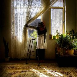 . برای باران دعا کردیم  اما هیچ چیز تازه نشد مادر پیرشد گلدان به گلهای تازه خو نکرد و زنانی  که زمانی دوست می داشتم  با چترهای سفید  در قاب پنجره کوچک می شوند برای باران دعا کردیم  نمی دانستیم پاییز و حرمان  قلبها را زرد می کنند با هر تپش  تکه های آرزو  بر زمین ریخت  ما آرزوها را برداشتیم  آرزوها خشک و پلاسیده بودند. سفید از سیاه تأسف بارتراست. فصل ها بعد آرزو ها  زیر برف پنهان شدند وزنانی که دوست می داشتم بار دیگر از کوچه عبور می کنند برف می بارد  زنان با چترهای سپید در قاب پنجره ناپدید می شوند.