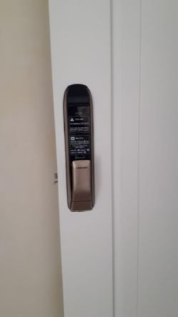 www.samsunglock.support نصب قفل دیجیتال کارتی SAMSUNG SHP-DP820 قابلیت اتصال به خانه هوشمند با پروتکل ZWave قفل دیجیتال سامسونگ، پرفروش ترین قفل دیجیتال در جهان تلفن : 09380941398