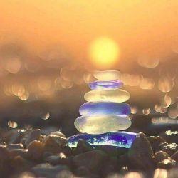 من گره خواهم زد چشمان را با خورشید دلها را با عشق سایهها را با باد....  ya3