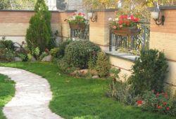امروزه در شهرهای بزرگ، اکثر مردم در واحدهای کوچکی از مجتمع های مسکونی زندگی می کنند و از داشتن حیاط شخصی و فضای سبز شخصی محروم هستند؛ بنابراین باید برای زیبایی محیط و کمک به شرایط زیستی، دست به طراحی باغچه حیاط مجتمع مسکونی زد. در این طراحی محدودیت نوع معماری ساختمان تعیین کننده است.