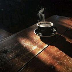 روزها پر و خالی می شوند مثل فنجان های چای  در کافه های بعدازظهر  اما هیچ اتفاق خاصی نمی افتد  این که مثلا  تو ناگهان  آن سوی میز نشسته باشی .. گاهی ، فنجانی  روی کاشی می افتد  حواس مارا پرت میکند  #رسول_یونان