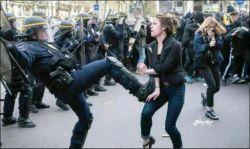 اصرار یک خانم فرانسوی به پلیس این کشور که جون من بذار من کفشتو واکس بزنم