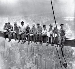 عکس بسیار مشهور گروهی از کارگران در هنگام صرف ناهار در ارتفاع ۲۴۰ متری (نیویورک، ۱۹۳۲، برج راکفلر) این تصویر یکی از پربیننده ترین های تاریخ اینترنت است.