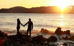 گاه در عشق می آموزیم که رعایت حال دیگری بهتر از پا فشاری در اثبات عقیده است ...