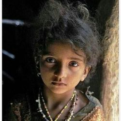 غم و شـادی انسانها را میتوان از چشمانشان فهمید نگاه آرایش کردنی نیست . در سرزمین من ... کودکانی هستند چون گلهای باران خورد اند  غمی در درون دارند و لبخند می زنند و نمی خواهند بدانتد دگران غم شان را نمانده چرا، در زمانه ما، رنگ مهر و وفا، عشق و صدق و صفائی؟  كشد به كجا، كار اهل صفا، ای رقم زن ما، تابه كی ناروائی؟ كجا بگریزم كه غم نشناسد نشاط مرا؟ چه چاره كنم تا زمانه بفهمد زبان مرا؟ غمم به سر و آتشم به دل و بسته لب ناله كردم دلی نشود تا خبر زغمم نیمه شب ناله كردم ...