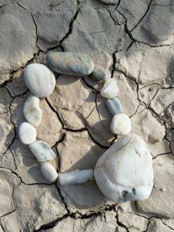 سنگ چین حلقه ی دوست اَت را از سنگ های صیقل یافته کف رودخانه می چینم تا اگر روزی خاستی سنگی برداری دستت زخمی نشود، یا با خود به سفر ببری متاعی متفاوت باشد، اگر خاستی چیزی بسابی یا بکوبی دستت را زخمی نکند، من سنگ چین دوستی ام را از سنگ های صیقل یافته می چینم که در گذر روزگاران مهربان شده اند