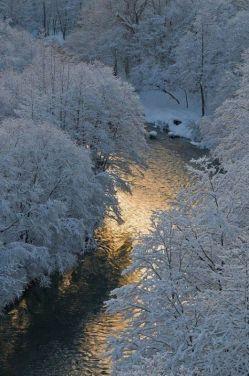 این عکس رو دوس دارم با اینکه طبیعت زمستونه، ولی به آدم گرمای خاصی میده شاید دلیلش انعکاس نور تو آب باشه :)