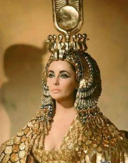 کلئوپاترا مصری یکی از زیباترین زنان تاریخ بشمار میرود.  او از ترکیب فضولات کروکودیل و شیر الاغ و عسل بعنوان ماسک صورت استفاده میکرد به همین دلیل همیشه پوستی صاف و براق داشت!