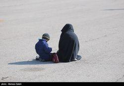 عکسی تکان دهنده از انتظار همسر و فرزند یکی از شهدای عملیات تروریستی زاهدان در فرودگاه بدر اصفهان تو بگو این لحظه چند؟