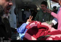 یکی از مجروحین حادثه تروریستی #خاش که از زاهدان به اصفهان منتقل شد. دستش را به نشانه پیروزی بالا آورده؛ چون بهتر از همه میداند که خون هر شهید، مقدمه هزاران پیروزی است.