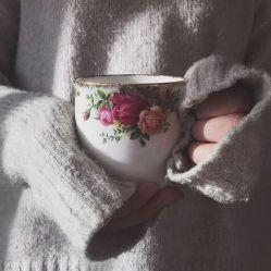 مثل آن چایی که می چسبد به سرما بیشتر/ با همه گرمیم... با دل های تنها بیشتر/  درد را با جان پذیراییم و با غم ها خوشیم/ قالی کرمان که باشی می خوری پا بیشتر...#حامد_عسگری