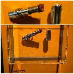 """این اسلحه طراحی شده به شکل رژلب توسط جاسوسان کا.گ.ب در زمان جنگ سرد استفاده میشد. هم چنین این اسلحه به ضخامت 4.5 میلی متر تک فشنگ بوده و """"بوسه مرگ""""نام داشته است!"""