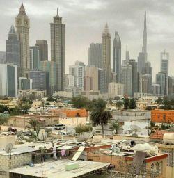 زاغه نشینی بیخ گوش برجهای لاکچری دبی!   شهر دبی برخلاف تصور، فقط شهر آسمان خراشها و پولدارها نیست و به دو بخش تقسیم میشود. نکته جالب اینکه ۹۱ درصد از جمعیت دبی را مهاجران تشکیل میدهند که ۲۵ درصد آنها هندی هستند.  این طرح مشابه پروژه هوسمان در پاریس میباشد که با طراحی جدارههایی، نمای بافت قدیمی را پشت ویترین زیبا پنهان نموده اند!