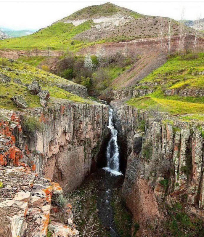 آبشار چالاچوخور یکی از آبشارهای بکر و زیبای شهرستان گرمی اردبیل است که در نزدیکی مرز جمهوری ایران و آذربایجان در میان پرتگاهها و درههای عمیق واقع شده است.  #اینجا_ایران