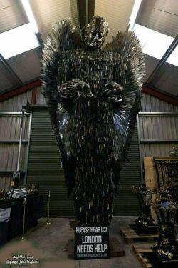 ساخت مجسمه با چاقوهای خلافکارانی که حاضر شدن ،چاقوی جیبی خود را تحویل پلیس بدهند در لندن !!!! جالبه این چاقوها را میگیرند تا مردمشان در امنیت باشند اما میلیاردها پوند پول برای کمک به داعش در سوریه میفرستند !!!!