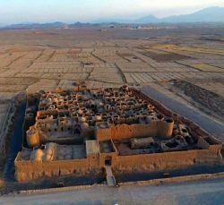 قلعه سریزد مهریز یکی از کهن ترین و بزرگترین صندوق امانات بانکی ایران و جهان در دوره ساسانى كه بمنظور ذخیره سازی غلات و مواد غذایی، پول، طلا زیورآلات و.. در آن زمان استفاده میشده    #اینجا_ایران