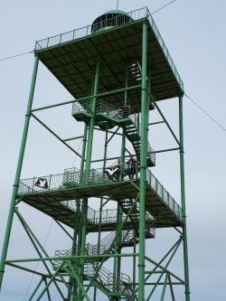 در کنار کویر میقان اراک هرساله پرندگان مهاجر زیادی از سیبری به این مکان مراجعه و زمستان گذرانی میکنند این سایت جهت استفاده گردشگران و محققیق در پرنده نگری در کنار کویر میقان بنا شده است