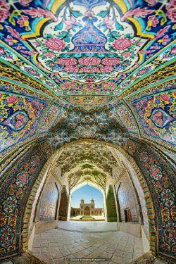 استفاده از رنگ صورتی در کاشی کاری های مسجد نصیرالملک شیراز باعث شده تا جلوه آن دیدنی تر شود و لقب مسجد صورتی را نیز به آن بدهند.
